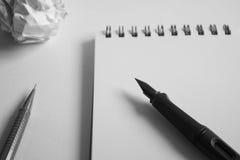 Σύνολο σχεδίων σκίτσων Τσαλακωμένο έγγραφο, μολύβι, μάνδρα πηγών, σημειωματάριο Στοκ φωτογραφία με δικαίωμα ελεύθερης χρήσης