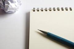 Σύνολο σχεδίων σκίτσων Τσαλακωμένο έγγραφο, μολύβι, μάνδρα πηγών, σημειωματάριο Στοκ Εικόνα