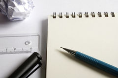 Σύνολο σχεδίων σκίτσων Τσαλακωμένο έγγραφο, μολύβι, μάνδρα πηγών, σημειωματάριο Στοκ εικόνες με δικαίωμα ελεύθερης χρήσης