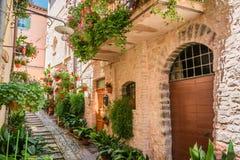 Σύνολο της οδού λουλουδιών στη μικρή πόλη στην Ιταλία Στοκ Εικόνες