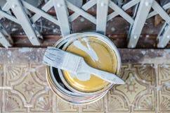 Σύνολο του γκρίζου κασσίτερου χρωμάτων και των παλαιών χρησιμοποιημένων πινέλων καθορισμένων Στοκ Εικόνες