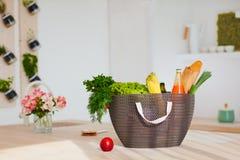 Σύνολο τσαντών αγορών των φρέσκων τροφίμων στο γραφείο κουζινών Στοκ εικόνες με δικαίωμα ελεύθερης χρήσης