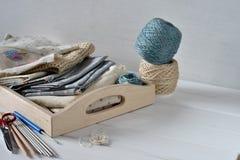 Σύνολο υφάσματος, κορδελλών και εργαλείων για το ράψιμο και τη ραπτική Στοκ Εικόνες