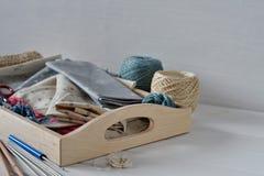 Σύνολο υφάσματος, κορδελλών και εργαλείων για το ράψιμο και τη ραπτική Στοκ Φωτογραφίες