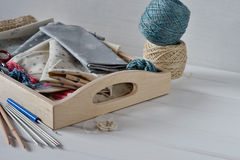 Σύνολο υφάσματος, κορδελλών και εργαλείων για το ράψιμο και τη ραπτική Στοκ Εικόνα