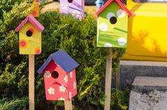 Σύνολο φωτεινών, ζωηρόχρωμων και αρχικών birdhouses Στοκ Εικόνες