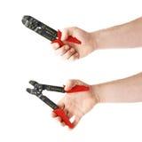 Σύνολο χεριού που κρατά ένα stripper καλωδίων εργαλείο, σύνθεση που απομονώνεται πέρα από το άσπρο υπόβαθρο Στοκ Φωτογραφία