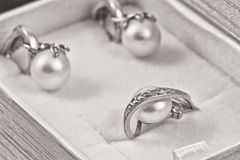 Σύνολο χρυσών σκουλαρικιών και δαχτυλιδιών με τα μαργαριτάρια Στοκ φωτογραφίες με δικαίωμα ελεύθερης χρήσης