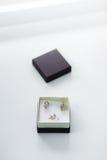 Σύνολο χρυσών σκουλαρικιών και δαχτυλιδιών στο κιβώτιο Στοκ φωτογραφίες με δικαίωμα ελεύθερης χρήσης