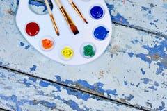 Σύνολο χρωμάτων και βουρτσών ουράνιων τόξων watercolor aquarell στον τρύγο Στοκ φωτογραφία με δικαίωμα ελεύθερης χρήσης
