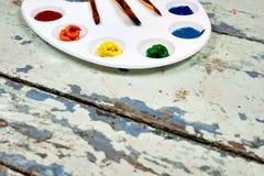 Σύνολο χρωμάτων και βουρτσών ουράνιων τόξων watercolor aquarell στον τρύγο Στοκ Εικόνες