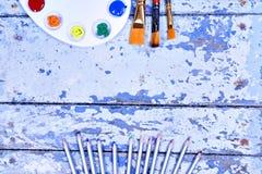 Σύνολο χρωμάτων και βουρτσών ουράνιων τόξων watercolor aquarell στον τρύγο Στοκ εικόνα με δικαίωμα ελεύθερης χρήσης