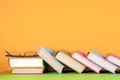 Σύνολο χρωματισμένων βιβλίων στο φωτεινό ζωηρόχρωμο υπόβαθρο πίσω σχολείο Στοκ Εικόνα
