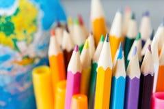 Σύνολο χρωματισμένων μολυβιών σε ένα υπόβαθρο της σφαίρας στοκ εικόνα