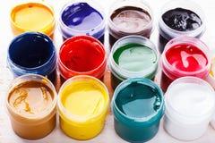 Σύνολο χρώματος γκουας στο χρωματισμένο ξύλινο πίνακα Στοκ Φωτογραφία