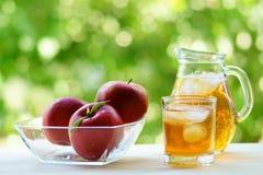 Σύνολο χυμού και κύπελλων της Apple του κόκκινου μήλου στο υπόβαθρο Στοκ εικόνα με δικαίωμα ελεύθερης χρήσης