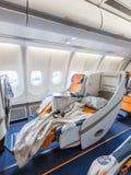 Σύνολο δύο καρεκλών που προετοιμάζεται στον ύπνο στο σαλόνι αεροπλάνων Στοκ Φωτογραφίες