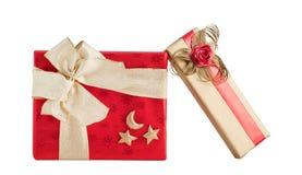 Σύνολο δύο κόκκινο χρυσό λαμπρό τόξο κορδελλών περικαλυμμάτων εγγράφου κιβωτίων δώρων που απομονώνεται Στοκ εικόνες με δικαίωμα ελεύθερης χρήσης