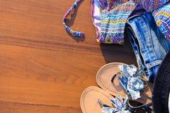 Σύνολο beachwear στο ξύλινο υπόβαθρο στοκ φωτογραφία με δικαίωμα ελεύθερης χρήσης