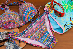 Σύνολο beachwear στο ξύλινο υπόβαθρο στοκ εικόνες