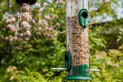 Σύνολο Birdfeeder του μίγματος σπόρου πουλιών στοκ φωτογραφία