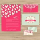 Σύνολο floral εκλεκτής ποιότητας γαμήλιων καρτών στην ξύλινη σύσταση, προσκλήσεις Στοκ φωτογραφίες με δικαίωμα ελεύθερης χρήσης