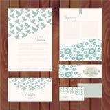 Σύνολο floral εκλεκτής ποιότητας γαμήλιων καρτών στην ξύλινη σύσταση, προσκλήσεις Στοκ Εικόνες