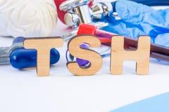 Σύντμηση ή αρκτικόλεξο TSH στο πρώτο πλάνο στην εργαστηριακή επιστημονική ή ιατρική πρακτική που σημαίνει την παρακινητική ορμόνη στοκ φωτογραφίες