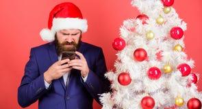 Σύντομες επιθυμίες Χριστουγέννων Ο διευθυντής συγχαίρει τους συναδέλφους on-line Διαβάστε το χαιρετισμό Χριστουγέννων Γενειοφόρος στοκ εικόνες