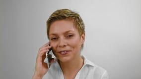 Σύντομες συζητήσεις γυναικών τρίχας ξανθές με κινητό τηλέφωνο απόθεμα βίντεο
