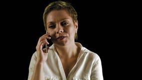 Σύντομες συζητήσεις γυναικών τρίχας ξανθές τηλεφωνικώς στο σκοτάδι φιλμ μικρού μήκους