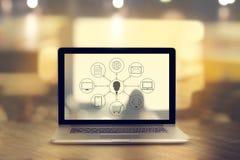 Σύνδεση δικτύων πελατών εικονιδίων στην οθόνη lap-top, κανάλι Omni Στοκ Εικόνες