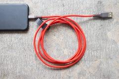 Σύνδεση καλωδίων στοιχείων USB στη σύγχρονη συσκευή Στοκ Φωτογραφία