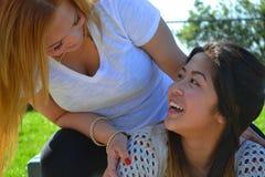 Σύνδεση κοριτσιών γυναικών Στοκ εικόνες με δικαίωμα ελεύθερης χρήσης