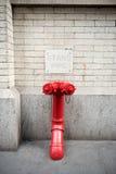 Σύνδεση μόνιμων σωλήνων πυροπροστασίας για την πυροσβεστική υπηρεσία στη Νέα Υόρκη Στοκ Φωτογραφία