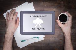 Σύνδεση σύννεφο-υπολογισμού σε ένα ψηφιακό PC ταμπλετών Στοκ εικόνα με δικαίωμα ελεύθερης χρήσης