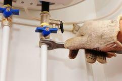Σύνδεση του εγχώριου θερμοσίφωνα Καθορίζοντας ηλεκτρικός λέβητας θερμοσιφώνων Εσωτερικές συνδέσεις υδραυλικών στοκ εικόνα