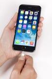 Σύνδεση του καλωδίου αστραπής με ένα iPhone στοκ φωτογραφίες