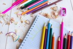 Σύρετε το μολύβι σε ένα σημειωματάριο Στοκ Φωτογραφίες