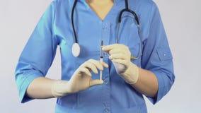 Σύριγγα εκμετάλλευσης γιατρών που πηγαίνει να κάνει μια έγχυση στον ασθενή, εμβολιασμός φιλμ μικρού μήκους