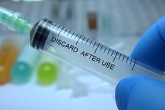 Σύριγγα, ιατρική έγχυση υπό εξέταση, φοίνικας ή δάχτυλα Στοκ εικόνες με δικαίωμα ελεύθερης χρήσης