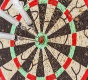 Σύριγγα και βελόνα γυαλιού ως βέλη βελών στο κεντρικό Bu στόχων Στοκ φωτογραφία με δικαίωμα ελεύθερης χρήσης