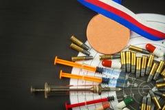Σύριγγα και μετάλλια Νάρκωση στον αθλητισμό πυροβολισμού Κατάχρηση των αναβολικών στεροειδών για τον αθλητισμό Εξαπάτηση στο biat Στοκ Εικόνα