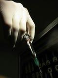 Σύριγγα οδοντιάτρων εκμετάλλευσης χεριών για να δώσει την έγχυση στοκ φωτογραφία