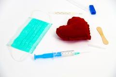 Σύριγγα που εγχέει μια κόκκινη έννοια καρδιών και υγείας Στοκ φωτογραφία με δικαίωμα ελεύθερης χρήσης