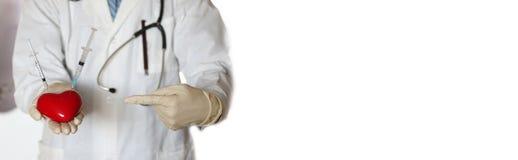 Σύριγγα στο χέρι γιατρών καρδιών Στοκ Εικόνες