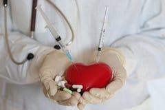 Σύριγγα στο χέρι γιατρών καρδιών Στοκ φωτογραφία με δικαίωμα ελεύθερης χρήσης