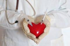 Σύριγγα στο χέρι γιατρών καρδιών Στοκ εικόνα με δικαίωμα ελεύθερης χρήσης