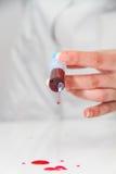 Σύριγγα της κόκκινης εξέτασης αίματος για την ιδέα έννοιας του AIDS ερευνητικού HIV Στοκ εικόνα με δικαίωμα ελεύθερης χρήσης