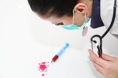 Σύριγγα της κόκκινης εξέτασης αίματος για την ιδέα έννοιας του AIDS ερευνητικού HIV Στοκ φωτογραφίες με δικαίωμα ελεύθερης χρήσης